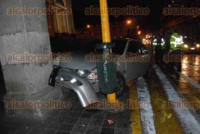 Xalapa, Ver., 9 de diciembre de 2016.- Dos jóvenes que viajaban en un auto Nissan Sentra, chocaron en la calle de Enríquez esquina con Revolución, la madrugada de este viernes.