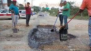 Agua Dulce, Ver., 9 de diciembre de 2016.- Pobladores y taxistas decidieron unirse para iniciar labores de rescate y obras en calles y avenidas que se encuentran afectadas por las lluvias.
