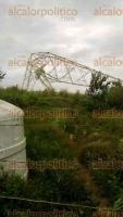 Alvarado, Ver., 9 de diciembre de 2016.- En la colonia Las Escolleras, las fuertes rachas de viento doblaron una torre de energía, reventando cables de alta tensión. La Presidenta Municipal envió una petición formal a CFE para que se arregle lo antes posible.