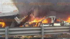 Maltrata, Ver., 9 de septiembre de 2016.- Se registra cierre de la autopista a la altura del kilómetro 222 en el carril de bajada, tramo límites del estado de Puebla con Maltrata, por el incendio de un tráiler.