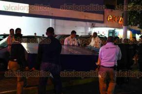 Coatzacoalcos, Ver., 10 de diciembre de 2016.- Dos personas resultaron con múltiples lesiones luego de ser sorprendidos por un pesado anuncio que se desprendió y cayó.