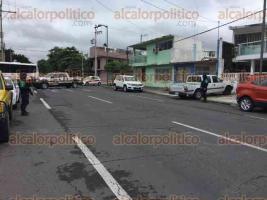 Veracruz, Ver., 10 de diciembre de 2016.- Testigos afirmaron que la víctima fue perseguida por los ocupantes de un coche, quienes la alcanzaron y le dispararon en repetidas ocasiones.