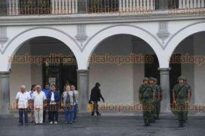 Veracruz, Ver., 16 de enero de 2017.- Izado de bandera en el zócalo de la ciudad con la participación de la banda de guerra del 86 Batallón de la Sexta Región Militar; también asistieron algunos regidores que tuvieron que atender algunas solicitudes de ciudadanos ante la ausencia del Alcalde.