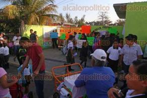 """Veracruz, Ver., 16 de enero de 2015.- Padres de familia de la escuela primaria """"Ignacio Allende"""", ubicada en la colonia Río Medio, tomaron las instalaciones, advierten que no se moverán hasta que llegue alguna autoridad de la SEV."""