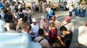 Coatzacoalcos, Ver., 16 de enero de 2016.- Trabajadores de la CMAS, se manifestaron la mañana de este lunes, en las instalaciones, ante falta de pago de quincena a por lo menos 100 personas.