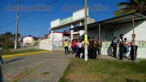 Coatzacoalcos, Ver., 16 de enero de 2017.- Desde la 7:00 horas de este lunes, personal del COBAEV 18, cerró puertas del plantel y no dejó ingresar a nadie, de esta forma docentes y administrativos se unen al paro estatal.