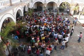 Veracruz, Ver., 16 de enero de 2017.- Integrantes de AC se manifestaron en el patio central del Palacio Municipal para pedir que se cumpla con la promesa de dignificación de 20 colonias, regulares e irregulares, por parte del Alcalde.