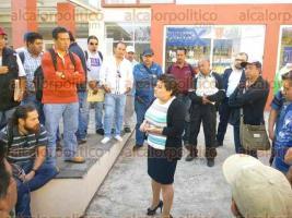 Xalapa, Ver., 16 de enero de 2017.- Padres de familia perdieron sus empleos en la Secretaría de Infraestructura y Obras Públicas (SIOP). Este lunes el acceso a sus áreas de trabajo les fue impedido.