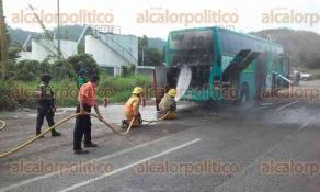 Papantla, Ver., 16 de enero de 2017.- Camión turístico se incendió sobre la carretera Papantla-Poza Rica, a la altura de la comunidad de Cerro Grande Escolín, por un sobrecalentamiento en el motor.