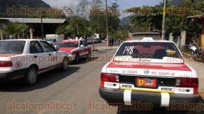 Tezonapa, Ver., 16 de enero de 2017.- Más de 200 taxis apoyados por la empresa de autobuses de El Palmar retuvieron a seis mototaxis que intentaron prestar servicio.