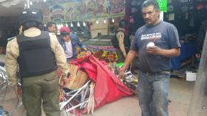 Tuxpan, Ver., 16 de enero de 2017.- Este lunes, elementos de la Fuerza Civil y de la Policía Estatal desalojaron 20 locales de comercio informal que habían invadido el parque Reforma desde hace dos meses.