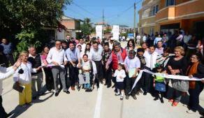 Xalapa, Ver., 16 de enero de 2017.- Al inaugurar la pavimentación con concreto hidráulico de la calle Venezuela, el alcalde Américo Zúñiga agradeció a la iniciativa privada por apoyar a la administración municipal para atender el gran rezago que existe en materia de infraestructura vial.