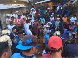 Coahuitlán, Ver., 16 de enero de 2017.- Alrededor de las 14:30 horas de este lunes, dos jóvenes albañiles fueron sepultados por un derrumbe de tierra cuando construían un muro de contención. Vecinos que presenciaron el accidente lograron rescatar sólo a uno con vida.