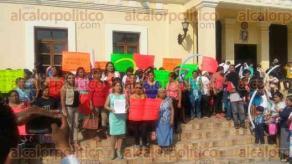 Papantla, Ver., 17 de enero de 2017.- Un grupo de personas se manifestaron pacificamente para informar de la integración del Movimiento de Mujeres Papantecas.