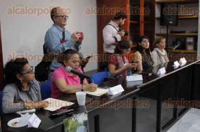 Xalapa, Ver., 17 de enero de 2017.- Diputados locales y el fiscal general del Estado, Jorge Winckler, se reunieron este martes con integrantes de colectivos en búsqueda de desparecidos.