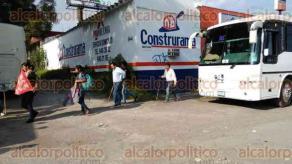 Xalapa, Ver. 17 de enero de 2017.- Desde las 14:30 horas de este martes, integrantes de la Coordinadora Nacional Plan de Ayala y el Movimiento Nacional Frente Indígena y Campesino de México tomaron la Delegación de la SEMARNAT, en protesta por el establecimiento de hidroeléctricas y minas en la entidad.