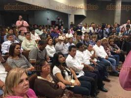 Xalapa, Ver., 17 de enero de 2017.- Alcaldes que se encontraban en la Secretaría de Finanzas para reclamar recursos del ejercicio fiscal 2016, acudieron la tarde de este martes al Congreso del Estado donde fueron atendidos por diputados de todos los partidos.