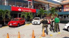 Veracruz, Ver., 17 de enero de 2017.- Elementos de varias corporaciones policíacas llegaron a una sucursal Santander ubicada en la colonia Ignacio Zaragoza, donde 3 personas habían cometido un asalto y luego huido en un automóvil que los esperaba a unas cuadras.