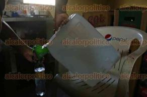 Veracruz, Ver., 17 de enero de 2017.- Ante las restricciones comerciales que el presidente electo de los EU. pretende aplicar al Gobierno mexicano, las tienditas de la esquina son una alternativa donde se pueden adquirir productos y servicios diversos, que son surtidos directamente por los productores del campo. También hay artículos de empresas transnacionales y quienes cuentan con familiares en EU. aún reciben remesas y paquetería sin cargos.