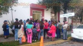 Xalapa, Ver., 18 de enero de 2017.- Miembros de la Organización Progresa México se manifestaron en las oficinas del DIF municipal, piden hablar con el director Adolfo Toss.