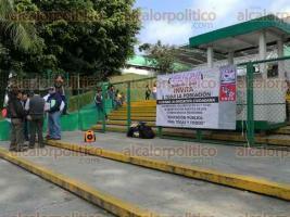 Xalapa, Ver., 18 de enero de 2017.- En la entrada principal de la SEV, integrantes de la CNTE y del MMPV organizaron una jornada para recabar firmas para la reforma de los artículos 3° y 73° de la Constitución Política.