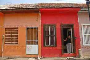 Veracruz, Ver., 18 de enero de 2017.- Habitantes del patio San Salvador del barrio de La Huaca, se encuentran preocupados pues recibieron notificaciones de desalojo y temen ser echados del sitio donde han pasado muchos años de su vida.