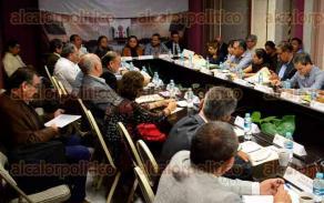 Xalapa, Ver., 18 de enero de 2017.- En el Congreso del Estado se reúnen diputados con pensionados para hablar sobre el IPE.