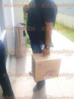 Coatepec, Ver., 19 de enero de 2017.- Personal de la Fiscalía arribó a la Sala de Juicios Orales número cuatro con cajas y bolsas con documentos para evidenciar el presunto desvío por 2, 300 millones de pesos a cargo de Leonel Bustos.