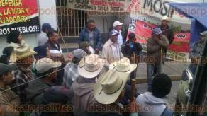 Xalapa, Ver., 19 de enero de 2017.- El Frente Indígena y Campesino de México (FICAM) reanudó este jueves sus movilizaciones, ahora, en la Delegación de la Secretaría de Desarrollo Agrario Territorial y Urbano (SEDATU) como parte de sus acciones de reclamo de falta de programas, proyectos y en contra de la instalación de hidroeléctricas y mineras.