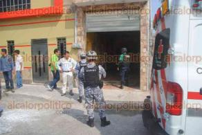 Veracruz, Ver., 19 de enero de 2017.- Paramédicos de Cruz Roja acudieron a auxiliar a un hombre que recibió un disparo en una pierna mientras se resistía a un robo. Elementos policíacos acudieron a tomar conocimiento de los hechos y buscar a los responsables.