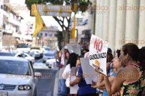"""Xalapa, Ver., 20 de enero de 2017.- Militantes del MOPIVER se plantaron en bajos del Palacio de Gobierno como protesta en contra del """"gasolinazo"""", liderados por su coordinador Esteban Hidalgo Gómez."""
