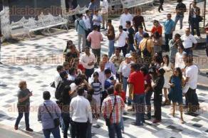 Veracruz, Ver., 20 de enero de 2017.- El gobernador Miguel Ángel Yunes Linares, saluda a la gente que se acerca a él en el zócalo de la ciudad para tomarse una foto.