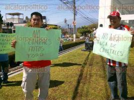 Xalapa, Ver., 20 de enero de 2017.- Militantes del Partido Encuentro Social, se manifiestan en la agencia de autos Ford, en contra de Donald Trump; aseguran que se llevará las ensambladoras y agencias de los vehículos, dejando a los mexicanos sin empleo.
