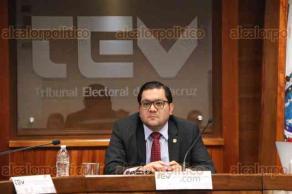 Xalapa, Ver., 20 de enero de 2017.- El magistrado presidente del TEV, Eduardo Sigala Aguilar, acompañado por los magistrados José Oliveros y Javier Hernández, presidió la sesión pública donde se trataron tres puntos de la orden del día, tal como un recurso de apelación interpuesto por trabajadores del OPLE.