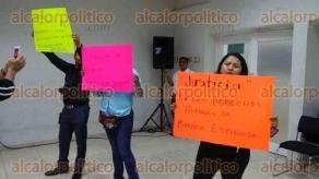Poza Rica, Ver., 20 de enero de 2017.- Durante la toma de protesta al nuevo presidente del Frente de Comunicadores de la Zona Norte de Veracruz, Jesús Rodríguez, reporteros protestaron por la expulsión de Brenda Espinoza de la organización.