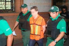 Veracruz, Ver., 20 de enero de 2017.- El joven Diego Cruz, señalado de presunta pederastia en agravio de una joven boqueña y recientemente extraditado de España, ingresó a los juzgados del ex Penal de Allende para ratificar su declaración la tarde-noche de este viernes.