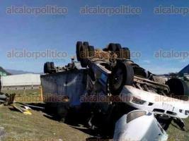 Orizaba, Ver., 21 de enero de 2017.- La mañana de este sábado un tráiler terminó con los neumáticos hacia arriba tras volcar en la autopista Puebla-Veracruz, tramo Huiloapan-Orizaba.