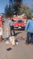 Xalapa, Ver., 21 de enero de 2016.- Personal de Tránsito y SSP auxilió al joven Daniel Rivera Salinas, de 21 años, quien fue atropellado sobre Lázaro Cárdenas en el carril con dirección a Veracruz.