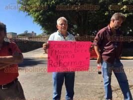 Xalapa, Ver., 22 de enero de 2017.- Este domingo, ciudadanos se manifestaron en contra de las reformas estructurales del Gobierno Federal al exterior del Congreso del Estado y colocaron carteles de protesta en la reja.