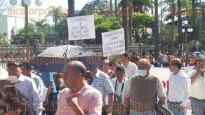 """Orizaba, Ver., 22 de enero de 2017.- Integrantes de varios sectores de la sociedad salieron a marchar la tarde de este domingo para exigir que las autoridades federales reviertan el """"gasolinazo""""."""