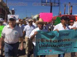 """Coatzacoalcos, Ver., 22 de enero de 2017.- Dos grupos de ciudadanos marcharon este domingo hasta el parque Independencia, para pedir que se revierta el """"gasolinazo""""."""