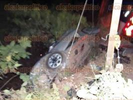 Xalapa, Ver., 22 de enero de 2017.- En los primeros minutos de la madrugada de este domingo, automovilista perdió el control de su auto y cayó al caño.