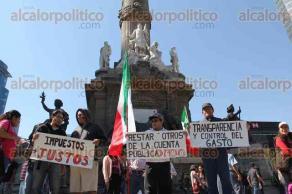 """Ciudad de México, 22 de enero de 2017.- Miles de ciudadanos marcharon del Ángel de la Independencia al Zócalo para rechazar el """"gasolinazo"""" y al grito"""