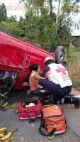 Martínez de la Torre, Ver., 22 de enero de 2017.- Una camioneta que cargaba plátanos volcó la tarde de este domingo en la carretera hacia Misantla, a la altura de la colonia Las Lomas, resultando lesionadas dos mujeres. Cuerpos de auxilio acudieron al lugar del accidente.