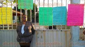 Coatzacoalcos, Ver., 23 de enero de 2017.- María de los Ángeles Linares Santos, docente de la escuela primaria Constitución se encadenó al portón de la escuela en protesta.