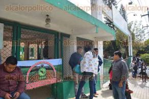 Xalapa, Ver., 23 de enero de 2017.- Integrantes de la Unión de Comuneros, Colonos y Ejidatarios de México, desde temprana hora tomaron las instalaciones de la SAGARPA, sin permitir el paso a los trabajadores que esperan afuera.