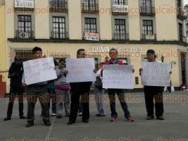 Xalapa, Ver., 23 de enero de 2017.- Un grupo de personas que dicen ser del grupo Veracruzanos contra la corrupción se manifiestan en la plaza Sebastián Lerdo para exigir la captura del exgobernador Javier Duarte de Ochoa.