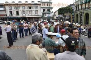 Xalapa, Ver., 23 de enero de 2016.- Cafetaleros de la zona de Coatepec, se plantan en la Plaza Lerdo, manifiestan su inconformidad sobre el recorte de presupuesto para este sector y las importaciones de café.