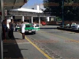 Xalapa, Ver., 23 de enero de 2017.- Taxistas desacatan reglas de la Central de Autobuses de Xalapa (CAXA) y se plantan al interior a prestar servicio de transporte; a pesar de que ya se les invitó a registrarse y brindar servicio como taxis controlados.