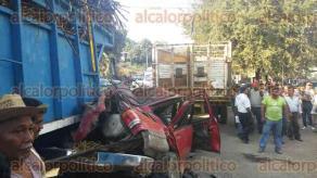 Tezonapa, Ver., 23 de enero de 2017.- Este viernes se registró una carambola en la que tres personas resultaron heridas. Según testigos, el responsable habría sido el conductor de una camioneta Explorer.